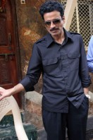 Manoj-Bajpai-On-The-Sets-Of-Shapath- phots (4)